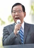 第一声をあげる共産党の志井和夫委員長=東京都新宿区で2017年10月10日午前10時17分、藤井達也撮影