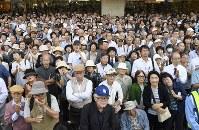 衆院選の公示日を迎え、街頭演説を聴く有権者ら=東京都新宿区で2017年10月10日午前10時9分、藤井達也撮影