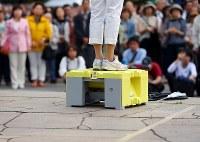 衆院選が公示され、スニーカー姿で第一声に臨む候補者=仙台市青葉区で2017年10月10日午前9時54分、小川昌宏撮影