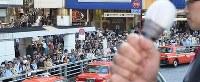 党首(手前)の第一声を聞く人たち=東京都新宿区で2017年10月10日午前10時18分、丸山博撮影