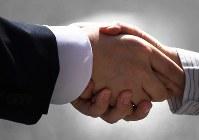 衆院選が公示された。有権者と握手をする候補者の手にも力が入る=東京都中央区で2017年10月10日午前11時49分、竹内紀臣撮影