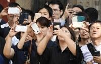 衆院選が公示され、候補者らの演説を聴きながら携帯で撮影をする有権者たち=東京都中央区で2017年10月10日午後0時4分、竹内紀臣撮影