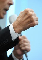 第一声で拳を握りしめる政党代表者=東京都千代田区で2017年10月10日午前10時17分、川田雅浩撮影