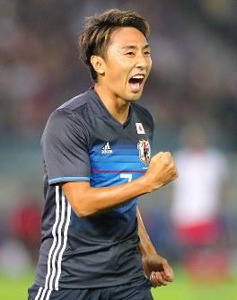 【日本―ハイチ】前半、先制ゴールを決めて喜ぶ倉田=日産スタジアムで2017年10月10日、長谷川直亮撮影