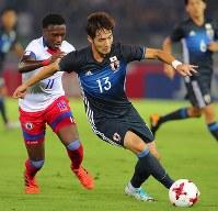 【日本―ハイチ】前半、ドリブルで攻め上がる杉本(右)=日産スタジアムで2017年10月10日、長谷川直亮撮影