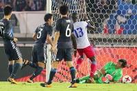 【日本―ハイチ】前半、ハイチにゴールを許すGK東口(右下)=日産スタジアムで2017年10月10日、長谷川直亮撮影