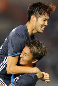 【日本―ハイチ】前半、倉田(下)が先制ゴールを決めて杉本と抱き合って喜ぶ=日産スタジアムで2017年10月10日、長谷川直亮撮影