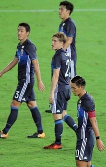 【日本―ハイチ】後半、ハイチに2点目を決められ、肩を落とす槙野(右下)ら日本の選手たち=日産スタジアムで2017年10月10日、宮武祐希撮影