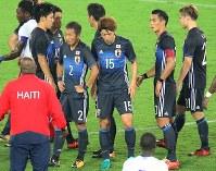 【日本―ハイチ】ハイチと引き分け肩を落とす日本の選手たち=日産スタジアムで2017年10月10日、宮武祐希撮影