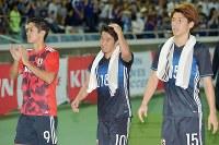【日本―ハイチ】試合後、サポーターへのあいさつに向かう(左から)武藤、香川、大迫=日産スタジアムで2017年10月10日、藤井達也撮影