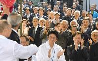 出陣式で候補者に拍手を送る支持者ら=京都市内で2017年10月10日午前8時46分、小松雄介撮影