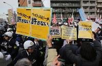 在日コリアンらへの憎悪をあおるデモ隊に向けて掲げられた「ヘイトスピーチ、許さない。」と書かれたプラカード=川崎市で2016年1月31日、後藤由耶撮影