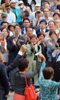 衆院選が公示され、候補者らの訴えを聞く有権者=仙台市青葉区で10日午前9時47分、小川昌宏撮影