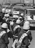 ヘルメットにタスキがけでゴミ収集車をチェックする東京都江東区議会議員=14号埋立地江東清掃工場建設地前で昭和48年5月22日午前9時40分