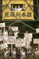杉並清掃工場建設反対運動 見張り小屋前でプラカードを掲げて気勢をあげる反対同盟の住民たち=東京都杉並区で1968年(昭和43年)11月11日、大須賀興屹撮影