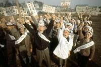 杉並清掃工場建設反対運動 建設予定地周辺でデモをして気勢をあげる反対同盟の住民たち=東京都杉並区で1968年(昭和43年)11月11日、大須賀興屹撮影