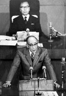 昭和51年3月3日、定例都議会で、都の財政難問題などについての代表質問に答弁する美濃部亮吉