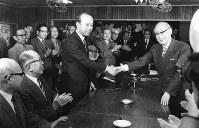 美濃部亮吉都知事(右)と握手する内藤祐作建設反対期成同盟委員長=昭和49年11月