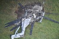 民有地で大破し炎上した米軍のヘリコプターCH53E=沖縄県東村高江で2017年10月12日午前8時38分、本社機「希望」から宮間俊樹撮影