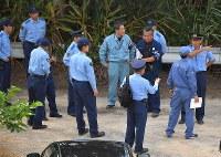 米軍輸送ヘリが不時着後、炎上した現場付近に集まる警察官ら=沖縄県東村高江で2017年10月12日午前8時51分、徳野仁子撮影