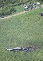米軍北部訓練場付近で炎上し大破した米軍普天間飛行場所属のCH53E大型輸送ヘリコプター=沖縄県東村で2017年10月12日午前8時42分、本社機「希望」から宮間俊樹撮影