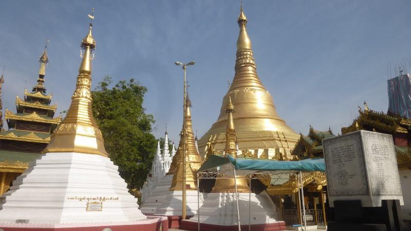 ヤンゴンのシンボル、シュエダゴン・パヤーの仏塔(写真は筆者撮影)