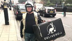 毎日新聞(ロンドン支局)までラーメンを届けてくれたトニーさん。ランチタイムになるとデリバルーのロゴマークをつけたスクーターや自転車をよく目にする=2017年10月5日、三沢耕平撮影