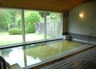 浴場は明るい。泉質はアルカリ性単純泉で湯はやや褐色を帯び、ほとんど無臭だ