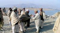 中村哲さん(右から2人目)と握手するアフガンの村長たち=西谷文和さん撮影