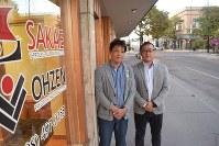 アイダホ州を足がかりに米国市場開拓を目指す鋳物会社「栄鋳造所」の鈴木孝史社長(左)と仲間の中小企業経営者=アイダホフォールズで