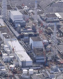 廃炉に向けた作業が続く東京電力福島第1原発=本社ヘリから