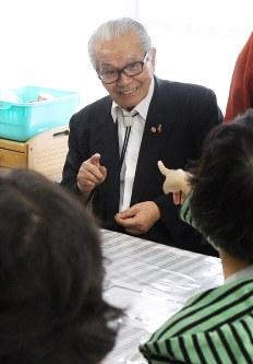 就労支援施設の利用者らと談笑する上野さん=熊本市中央区新大江で2017年10月6日、比嘉洋撮影