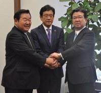末沢寿一オーナー(右)から続投要請を受けた栗山監督と竹田憲宗球団社長=東京都内で
