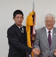 小川市長(右)に関東大会での健闘を誓う増田主将=日立市役所で