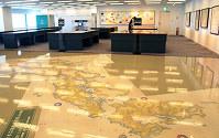 地図の資料館の常設スペース。伊能忠敬が測量した日本地図が床一面に広がる