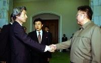 会談を前に握手する小泉純一郎首相(左)と北朝鮮の金正日総書記=平壌の百花園迎賓館で2002年9月17日、代表撮影