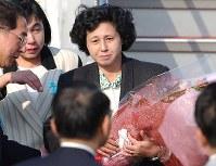 出迎えの家族らから贈られた花束を手にする曽我ひとみさん=羽田空港で2002年10月15日撮影