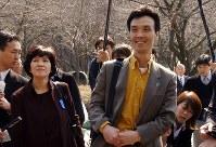 25年ぶりに中央大多摩キャンパスを訪れた蓮池薫さん、祐木子さん夫妻=東京都八王子市で2003年3月14日、加古信志撮影