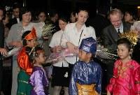 再会を果たし、滞在先のホテルで地元の子供から花束を受け取る(左から)曽我ひとみさん、次女ブリンダさん、長女美花さん、夫のチャールズ・ジェンキンスさん=インドネシア・ジャカルタで2004年7月9日、米田堅持撮影