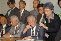 日朝首脳会談で北朝鮮側から「横田めぐみさんは死亡している」という情報が伝えられ、涙ながらに会見する横田早紀江さん(右端)と有本嘉代子さん(右から2人目)。前列は左から奥土一男さん、有本明弘さん、横田滋さん=衆院第1議員会館で2002年9月17日、川田雅浩撮影