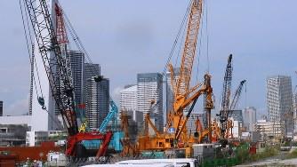 オリンピックに向け選手村の建設が進む東京・晴海地区=2017年8月7日、関谷俊介撮影
