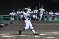 【聖光学院-利府】三回表聖光学院1死一、三塁、須田が適時二塁打を放つ=福島市の県営あづま球場で