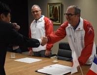 甲府市を五輪の事前キャンプ地とすることで基本合意をしたフランス卓球連盟の視察団=甲府市で