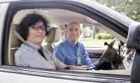 「運転適応リハビリプログラム」の教習車に乗り、スティーブ・アダムスさん(右)から話を聞く藤田佳男・千葉県立保健医療大准教授=米テキサス州ダラスで(ベイラー病院のブログライター、ダスティン・マグワイヤー氏提供)