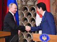 共同記者会見を終え握手を交わすロシアのプーチン大統領(左)と安倍晋三首相=首相公邸で2016年12月16日午後4時24分、徳野仁子撮影