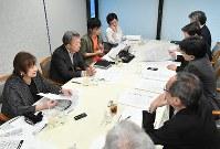 開かれた新聞委員会委員ら(左)と編集編成局メンバー(右)が活発に議論した=東京都千代田区で11日