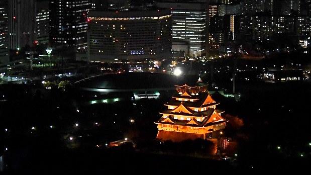 世界アルツハイマーデーを記念して、オレンジ色にライトアップされた大阪城=大阪市中央区で2017年9月21日