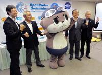 高知県須崎市のご当地キャラクターしんじょう君も参加した「すさきオープンウオータースイミング2017」の記者会見=同市提供