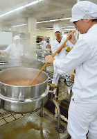 焦がさないようジャムを煮詰めるのは、根気と力が要る=堺市美原区の府立農芸高で、亀田早苗撮影