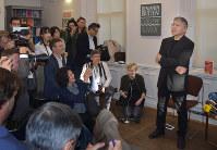 ノーベル文学賞の受賞が決まり、記者会見の前に写真撮影に応じるカズオ・イシグロさん=ロンドン市内で5日、三沢耕平撮影